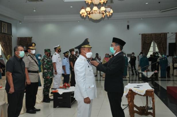 Gubernur Sumbar Irwan Prayitno melatik Zuldafri Darma resmi sebagai Bupati Tanah Datar di auditorium gubernuran Sumbar, Rabu, 13 Januari 2021