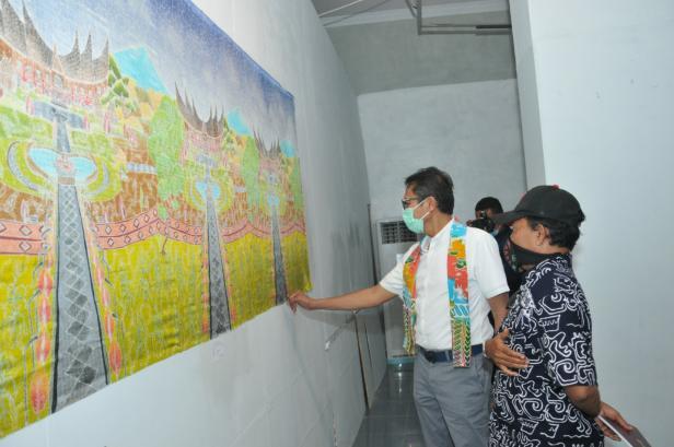 Gubernur Sumbar Irwan Prayitno saat melihat lukisan karya seniman Sumbar