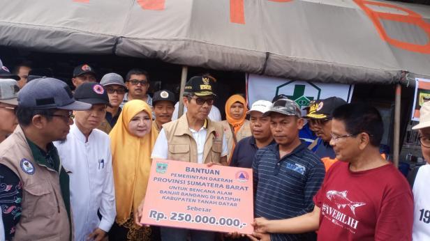 Gubernur Sumbar Irwan Prayitno menyerahkan bantuan kepada korban banjir bandang Jorong Tanjuang Sawah, Nagari Padang Laweh, Kecamatan Batipuh Selatan, Kabupaten Tanah Datar