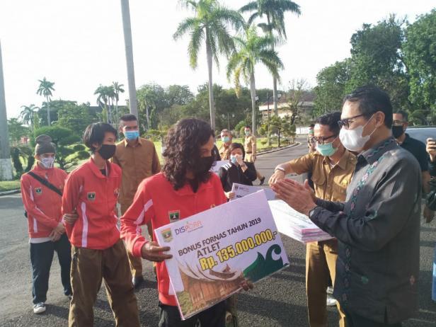 Gurbernur Sumbar Irwan Prayitno saat menyerahkan bonus kepada atlet