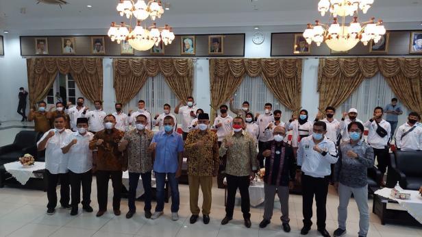 Gubernur dan Wakil Gubernur Sumbar saat melbas atlet yang akut PON di Papua.