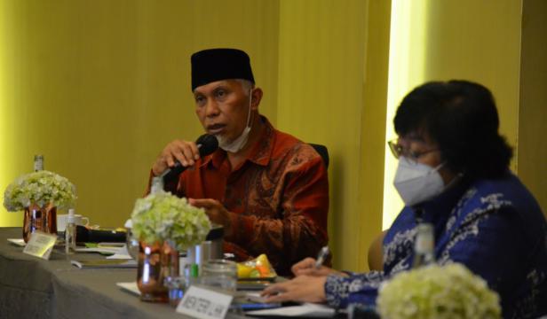 Gurbernur Sumbar Mahyeldi Ansharullah saat menyampaikan persoalan hutan di Sumbar kepada Menteri LHK Siti Nurbaya, Jum'at (28/5/2021)