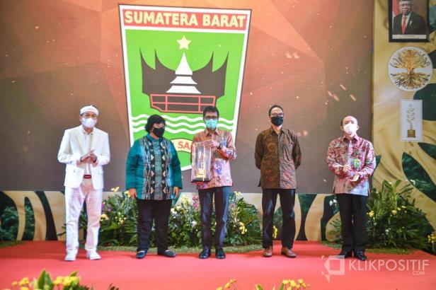 Gubernur Sumbar Irwan Prayitno saat Menerima Penghargaan