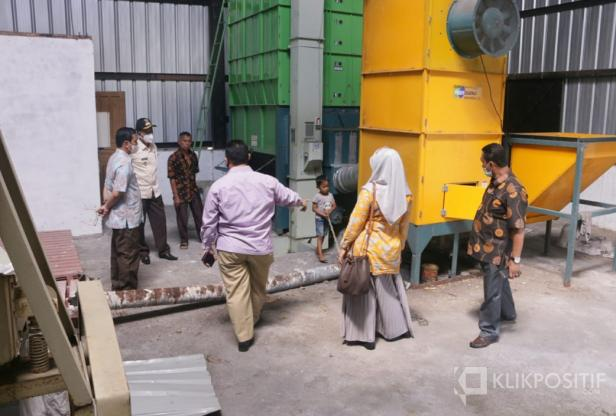 Wakil Bupati Pasaman Barat, Risnawanto saat meninjau Gudang Jagung milik pemerintah