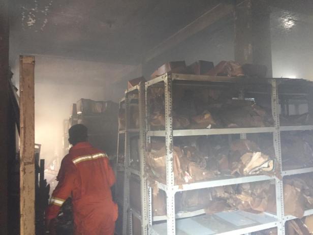 Kondisi rak-rak buku dan bundel arsip di  gudang Dinas Kearsipan dan Perpustakaan Pessel usai kebakaran