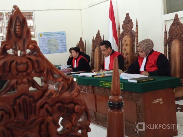 Majelis Hakim membacakan putusan perkara perdata Nomor : 28d/Pdt.G/2019/PN.Bkt di Pengadilan Negeri Bukittinggi, Rabu (11/03/2020)