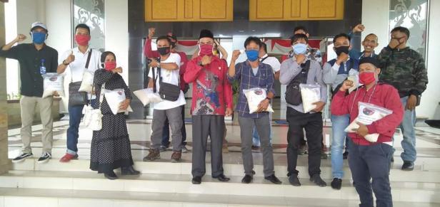 Ditengah Pandemi COVID-19, Ketua DPRD Dharmaraya Paryanto salurkan ratusan paket kepada warga Dharmasraya.