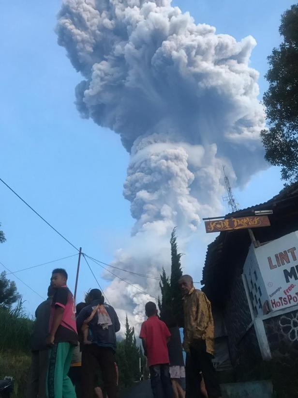 Warga sekitar Deles saat terjadi erupsi Gunung Merapi, Selasa 3 Maret 2020