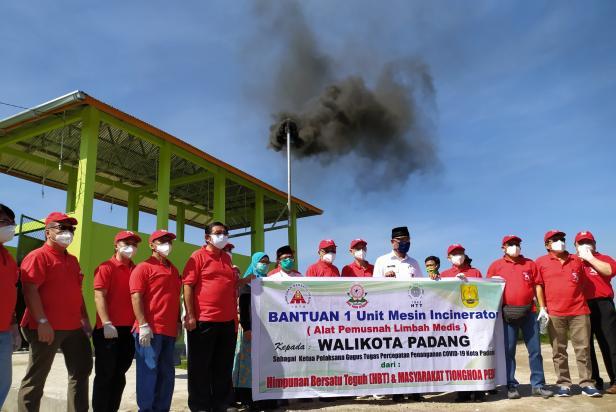 Foto bersama Walikota Padang dan pengurus HBT serta Masyarakat Tionghoa Peduli dengan latar Insinerator dibelakang RSUD dr. Rasidin Padang
