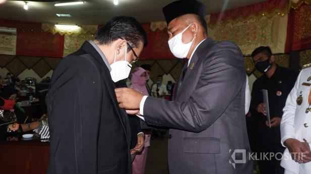 Ketua DPRD Padang memasangkan pin emas tanda penghargaan kepada Dokter Andani