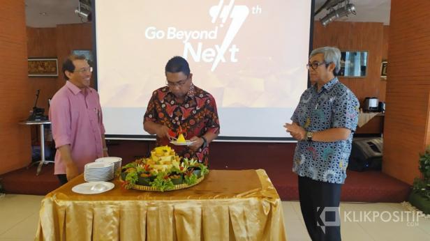 Direktur Utama PT Semen Padang Yosviandri (tengah) memotong tumpeng didampingi Direktur Produksi Firdaus (kiri) dan Direktur Keuangan Tubagus M Dharury dalam rangka memperingati HUT PT Semen Indonesia ke-7, Selasa (7/01)