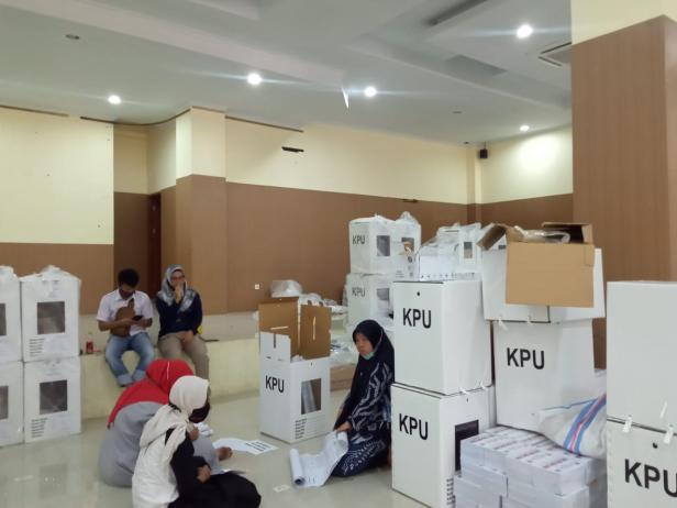Proses pembukaan kotak suara oleh KPU Solok di komplek Islamic Center Kotobaru