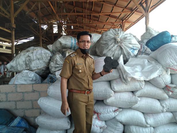 Wawako Payakumbuh, Erwin Yunaz memamerkan paving block dari olahan sampah plastik.