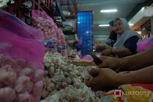 Pedagang di Pasar Raya Padang menjual dagangannya