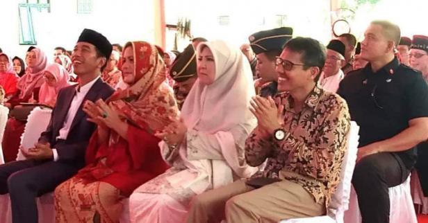 Presiden Jokowi bersama istri dan Gubernur Sumbar Irwan Prayitno bersama istri