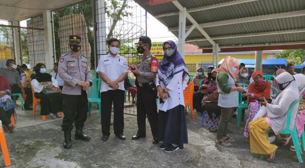 Vaksinasi warga di Kecamatan Sungayang