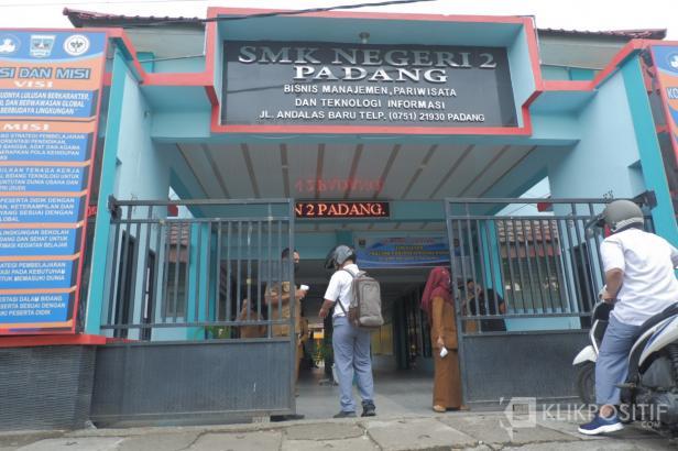 Ilustrasi, seorang siswa memasuki gerbang SMKN 2 Padang