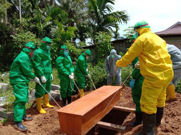 Proses pemakaman jenazah COVID di Pessel