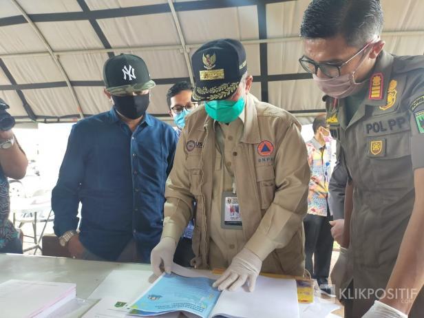 Wakil Gubernur Nasrul Abit didampingi Ketua DPRD Lima Puluh Kota saat kunjungi Posko Perbatasan Sumbar di Lima Puluh Kota.