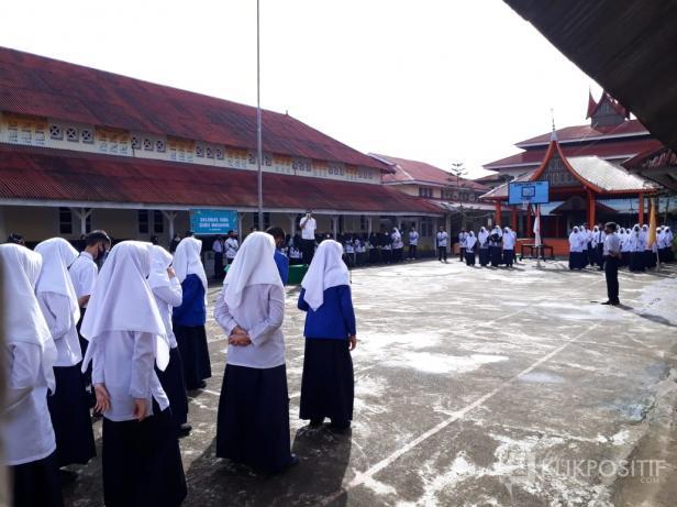 Sekda Kota Payakumbuh, Rida Ananda pada saat melakukan monitoring ke SMP N 1 Payakumbuh, Rabu (25/11).
