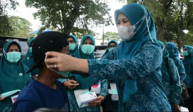 TP-PKK Tanah Datar membagikan masker kepada warga di Pasar Batusangkar