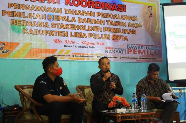 Anggota Bawaslu Kabupaten Lima Puluh Kota, Ismet Aljannata (tengah).