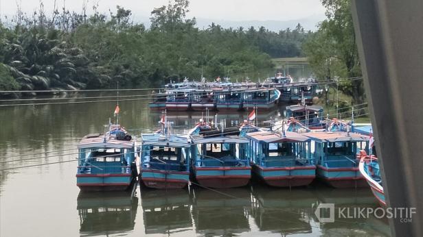 Sejumlah biduk atau kapal kecil di pengadaran kapal di jembatan TPI Kambang