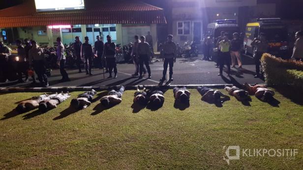 Sepuluh Remaja Saat Diamankan di Mapolresta Padang