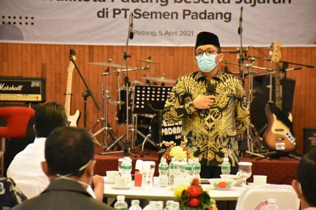 Plt Walikota Padang Hendri Septa saat menyampaikan kata sambutan saat acara silahturahim dengan manajemen PT Semen Padang di Wisma Indarung, Senin, 5 April 2021.
