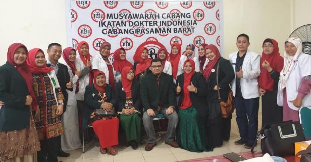 Ketua Terpilih IDI Cabang Pasbar, dr Heru Widyawarman, SpOT (tengah) bersama anggota IDI Pasbar. (Ist)