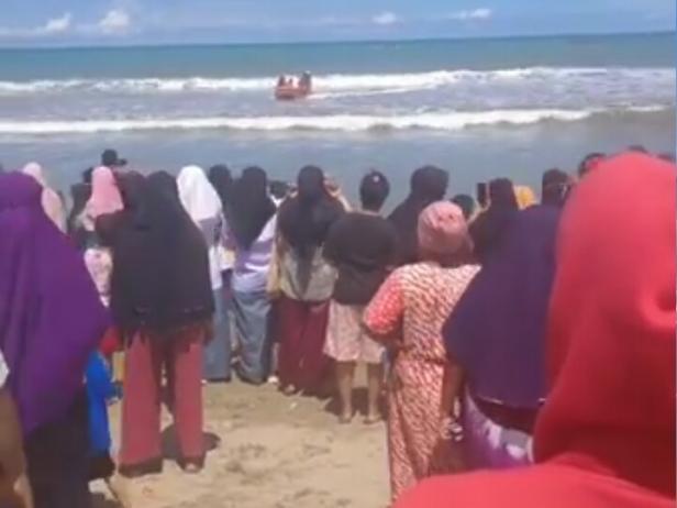 Evakuasi korban saat ditemukan di pantai Lakitan, Kecamatan Lengayang