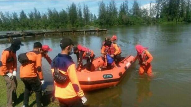 Proses evakuasi nelayan di Linggo Sari Baganti Pessel