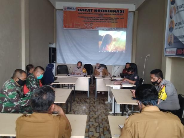 Rakor Pengawasan Pilkada ditengah Pandemi Covid-19 yang dilaksanakan Bawaslu Solsel di Padang aro.