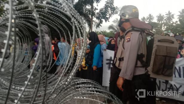 Para pendemo yang bertahan di depan gerbang kantor DPRD Pasaman Barat
