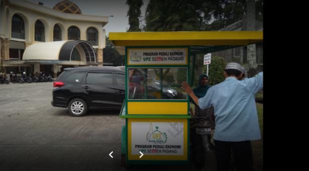 Salah satu program Peduli Ekonomi UPZ Baznas Semen Padang, membantu gerobak pedagang kecil.