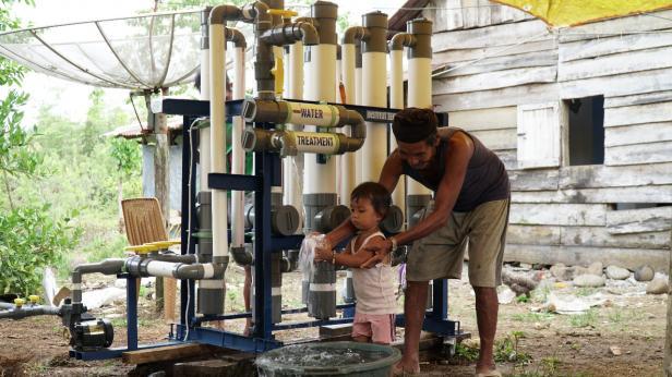 Masyarakat Nagari Indrapura tengah mencoba Water Resistant dari Institut Teknologi Padang
