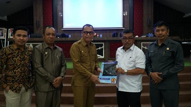 Rektor ITP dan Bupati Pemkab. Kepulauan Mentawai Yudas Sabaggalet