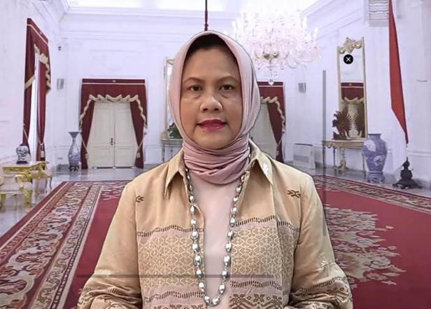 iriana Joko Widodo tampil elegan dalam balutan Tenun Balai Panjang.