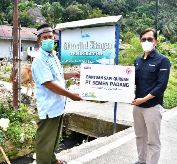 Penyerahan hewan kurban oleh Staf CSR Semen Padang kepada pengurus  Masjid Raya Teluk Bayur Padang