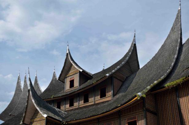 Museum Istano Basa Pagaruyung dibangun dengan 11 gonjong yang dilengkungkan serupa tanduk kerbau serta 26 ton serat Ijuak yang menghiasi atapnya.