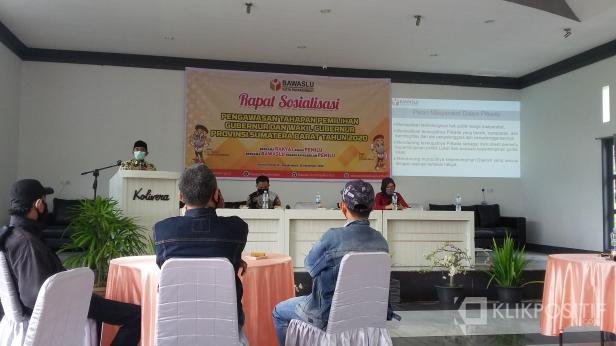Ketua Bawaslu Sumbar, Surya Efitrimen pada saat menghadiri Sosialisasi Pengawasan Tahapan Pemilihan Gubernur dan Wagub Sumbar Tahun 2020 di Kota Payakumbuh.