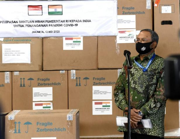 Pelepasan Bantuan Hibah Pemerintah RI kepada India untuk Penanganan Pandemi COVID-19, di Bandar Udara Soekarno Hatta, Tangerang, Banten.