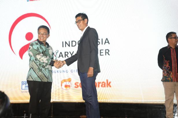 Indra Catri Menerim penghargaan IVL 2020