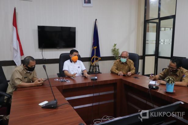 Kadiskes Bakhrizal bersama Asisten III H. Amriul, memberikan keterangan pers, terkait gagalnya misi kemanusiaan stafnya ke Pangkalan