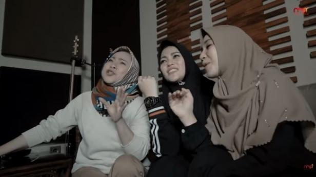 Regina Irawan, Puput Melati dan Happy Yofitantri menyanyikan lagu