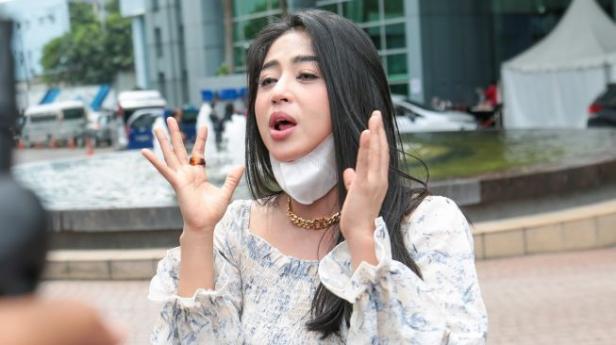Pedangdut Dewi Perssik ketika diwawancarai awak media di Kawasan Tendean, Jakarta Selatan, Jumat (22/1/2021).