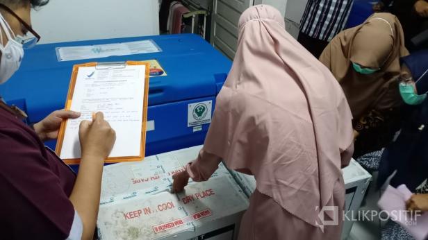 Vaksin COVID-19 saat hendak dimasukkan ke ruang farmasi Dinas Kesehatan Pasaman Barat