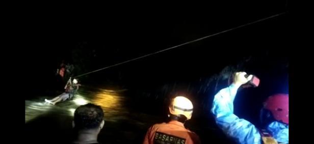 TRC Semen Padang bersama Basarnas mengevakuasi 7 orang korban yang terperangkap di bendungan Tarantang.