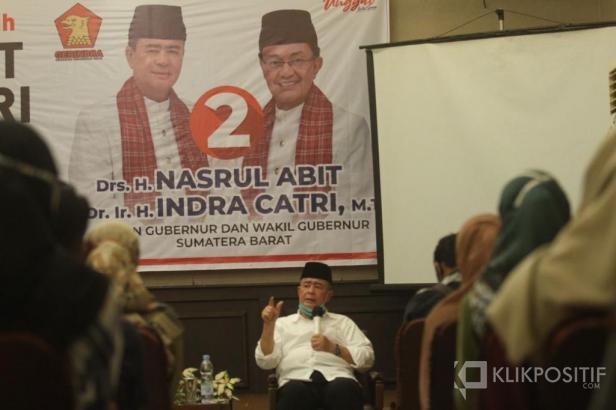Nasrul Abit saat menghadiri deklarasi Millenial Padang