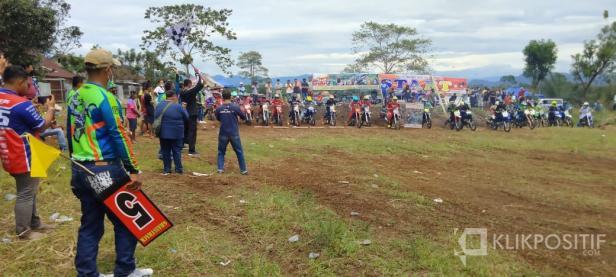 Kapolres Solsel AKBP Tedy Purnanto mengibarkan bendera tanda dimulainya Latihan bersama (Latber) Motor cross dan grass track sehari di Solok Selatan
